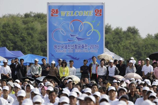 Cuộc triển lãm hàng không đầu tiên của Triều Tiên diễn ra tại sân bay quốc tế Kalma ở thành phố cảng Wosan trong 2 ngày 24 và 25/9. Các máy bay quân sự và dân sự sẽ trình diễn các tiết mục bay phối hợp và biểu diễn. (Ảnh: Yahoo)