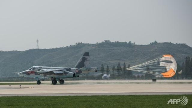 Chiến đấu cơ Sukhoi Su-25 tham gia biểu diễn tại triển lãm (Ảnh: AFP)