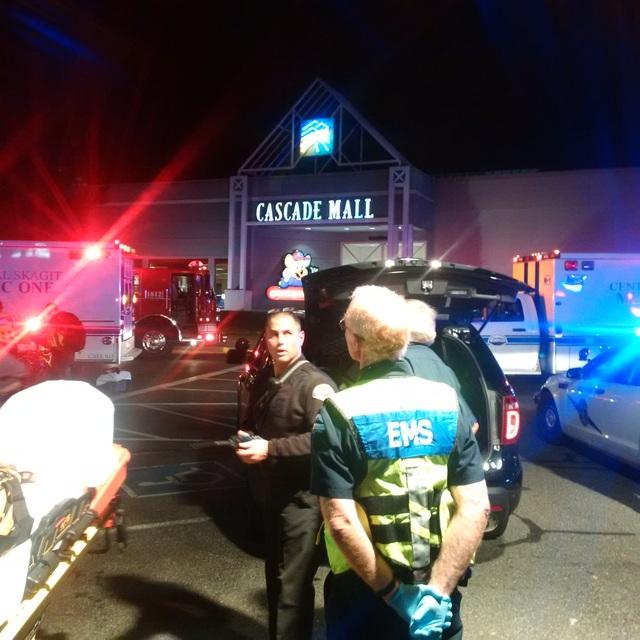 Cảnh sát có mặt ở trung tâm thương mại Cascade, thành phố Burlington, bang Washington. (Ảnh: Twitter)