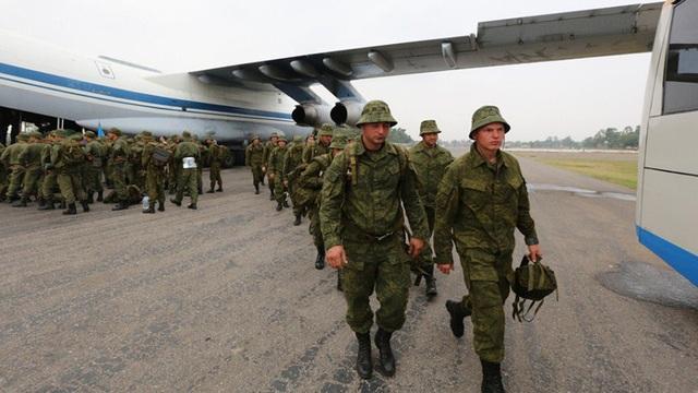 Binh sĩ Nga đến Pakistan tập trận hôm 23/9 (Ảnh: RT)