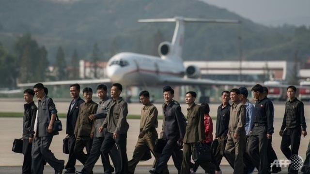 Các khán giả đến xem triển lãm đi qua đầu máy bay Topulev TU-154 tại sân bay quốc tế Kalma (Ảnh: AFP)
