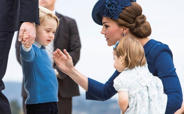 Hoàng tử George nắm tay bố bước xuống sân bay. (Ảnh: DM)
