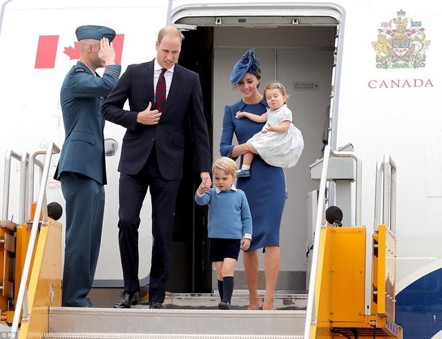 Hoàng tử William, Công nương Kate cùng công chúa nhỏ và hoàng tử nhí đã bắt đầu chuyến thăm chính thức kéo dài 8 ngày tới Canada. Đây là cuộc viếng thăm thứ 2 của Công tước và Công nương xứ Cambridge đến Canada. Trước đó, cuộc viếng thăm đầu tiên của cặp vợ chồng hoàng gia Anh đã diễn vào năm 2011. (Ảnh: PA)