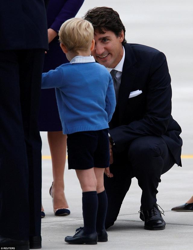 Thủ tướng Trudeau đã quỳ gối xuống trò chuyện với hoàng tử nhí của Hoàng gia Anh để làm quen. (Ảnh: Reuters)