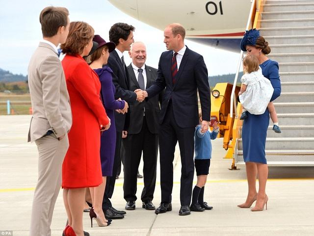 Thủ tướng Canada Justin Trudeau cùng phu nhân Sophie và các quan chức Canada chào đón gia đình hoàng gia Anh. (Ảnh: PA)