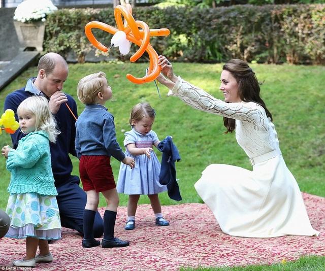 Công chúa Charlotte và Hoàng tử George tỏ ra thích thú với sự kiện đặc biệt này. Từ sau khi đặt chân xuống sân bay thành phố Victoria, đây là lần đầu tiên hai thành viên nhí của Hoàng gia Anh xuất hiện trước công chúng Canada.