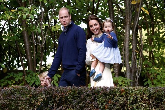 Ngày 24/9, Hoàng tử William, Công nương Kate cùng hai con, hoàng tử nhí George và công chúa nhỏ Charlotte, đã đặt chân xuống thành phố Victoria và bắt đầu chuyến thăm chính thức tới Canada. Đây là chuyến công du nước ngoài đầu tiên có đầy đủ 4 thành viên trong gia đình của Công tước và Công nương xứ Cambrigde.