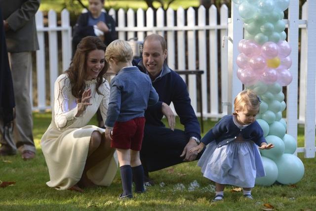 Hoàng tử George năm nay 3 tuổi còn Công chúa Charlotte mới 16 tháng. Khác với vẻ rụt rè và ngại ngùng khi xuất hiện lần đầu tại sân bay cách đây 6 hôm, trong sự kiện ngày hôm qua hoàng tử và công chúa nhỏ đã bạo dạn và thoải mái hơn.