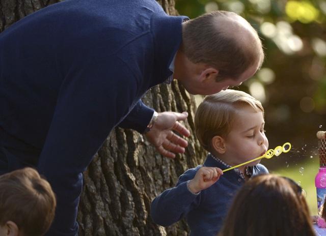 Hoàng tử George lại thích thổi bong bóng xà phòng cùng các bạn.