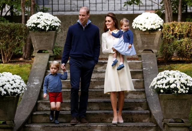 Một trong những hoạt động diễn ra trong chuyến công du tới Canada lần này của gia đình Hoàng tử Anh là một bữa tiệc dành cho trẻ em tại Tòa nhà chính phủ Canada ở thành phố Victoria hôm qua 29/9. Trong ảnh: Gia đình Hoàng tử William cùng nhau tới dự bữa tiệc ngoài trời.