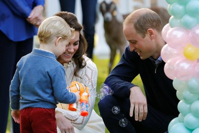 Bắn bong bóng xà phòng cũng là một trò chơi mà hoàng tử nhí rất hứng thú.
