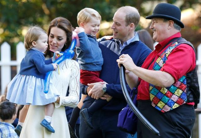 Chuyến đi tới Canada lần này là lần đầu tiên Công chúa Charlotte ra nước ngoài cùng cha mẹ và anh trai. Trong khi đó, Hoàng tử George đã từng xuất ngoại 2 lần tới Australia và New Zealand. Trong ảnh, Công chúa và Hoàng tử nhí thích thú với những màn tạo hình bóng bay hấp dẫn.