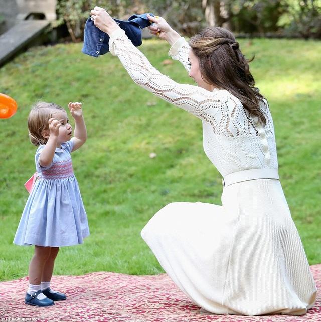 Khoảnh khắc chơi đùa của Công chúa Charlotte và mẹ, Công nương Kate.