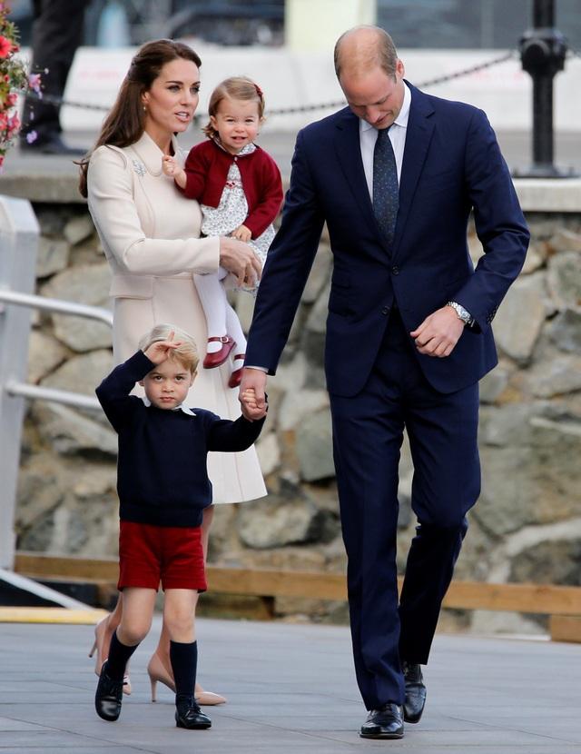 Rất đông người dân Canada đã xếp hàng tại cảng để tạm biệt gia đình Công tước và Công nương xứ Cambridge, bày tỏ tình cảm yêu mến của họ tới gia đình cặp đôi hoàng gia nổi tiếng.