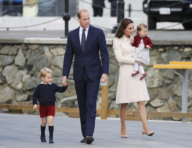 Ngày 1/10 vừa qua, gia đình Hoàng tử William và Công nương Kate đã kết thúc chuyến công du kéo dài 8 ngày tới Canada sau khi tham dự nhiều sự kiện tại đây. Xuất hiện tại cảng Victoria, thủ phủ của tỉnh British Columbia, các thành viên của Hoàng gia Anh đã thu hút sự chú ý của nhiều người dân Canada.