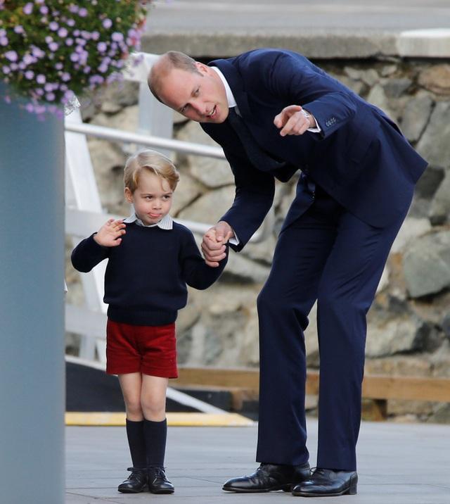 Hoàng tử George, 3 tuổi và Công chúa Charlotte, 16 tháng tuổi, cũng vẫy tay chào tạm biệt mọi người trong tiếng reo hò của người dân địa phương.