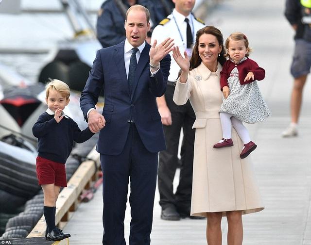 Gia đình Hoàng tử William chuẩn bị bước lên thủy phi cơ rời Canada về Anh. Đây là chuyến xuất ngoại đầu tiên của cả 4 thành viên gia đình Hoàng tử Anh.