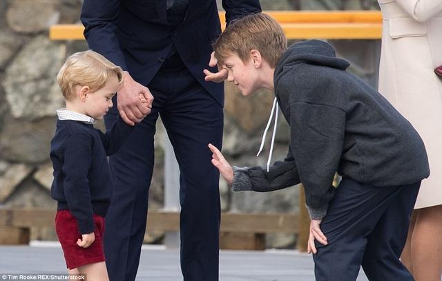 Sau đó, Daniel đã tới gần Hoàng tử George và đề nghị đập tay thay cho lời chào tạm biệt. Tuy nhiên, thành viên nhí của Hoàng gia Anh, khi ấy vẫn đang nắm chặt tay cha, đã lạnh lùng quay đi và từ chối đáp lại lời đề nghị.