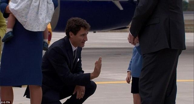 Trước đó, Hoàng tử George cũng đã lém lỉnh từ chối đập tay Thủ tướng Canada Justin Trudeau khi cả gia đình vừa đặt chân xuống sân bay ở Victoria hôm 24/9.
