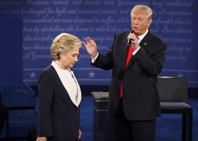 Hai ứng viên tổng thống Donald Trump và Hillary Clinton trong cuộc tranh luận thứ hai vào sáng nay 10/10 (Ảnh: Reuters)