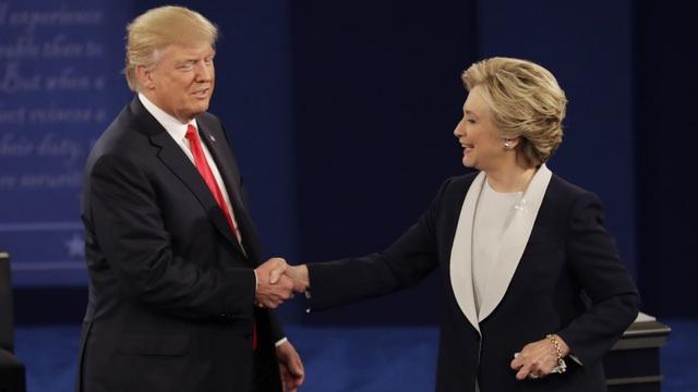 Ông Trump và bà Clinton bắt tay nhau trong cuộc tranh luận lần 2 hôm 9/10 (Ảnh: QZ)