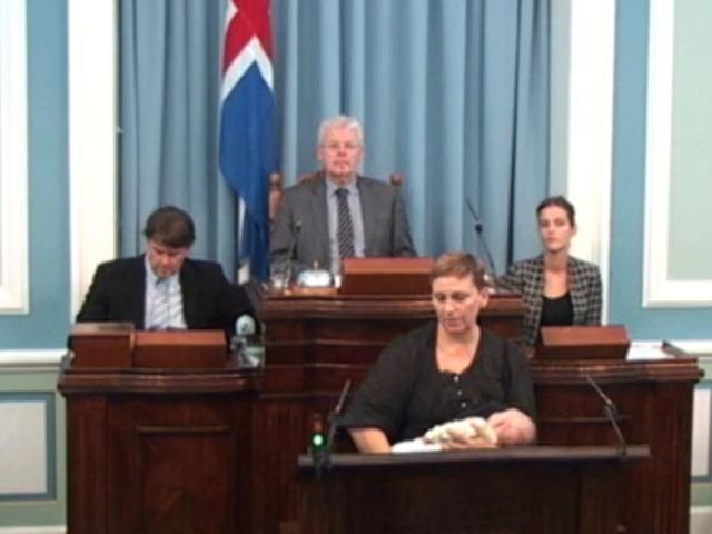 Nghị sĩ Unnur Brá Konráðsdóttir cho con gái 6 tuần tuổi bú ngay trên bục phát biểu hôm 12/10 (Ảnh: RUV screenshot)