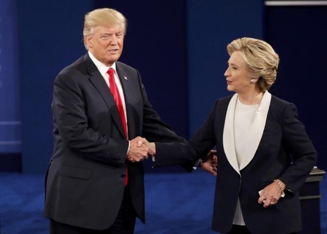 Ông Trump và bà Clinton bắt tay tại cuộc tranh luận lần 2 hôm 9/10 (Ảnh: Reuters)