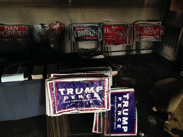 Đồ đạc bị cháy bên trong trụ sở đảng Cộng hòa tại quận Orange, North Carolina (Ảnh: Yahoo)