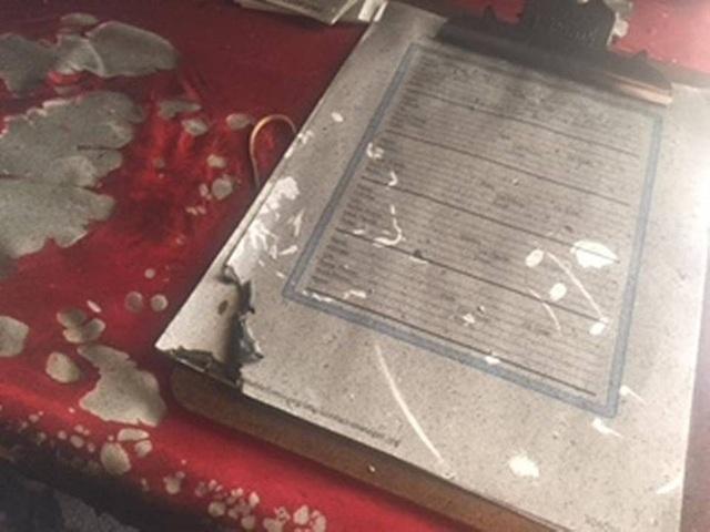 Tài liệu bị cháy bên trong tòa nhà (Ảnh: charlotteobserver)