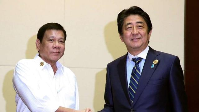 Tổng thống Rodrigo Duterte (phải) bắt tay Thủ tướng Shinzo Abe tại cuộc gặp bên lề hội nghị thượng đỉnh ASEAN tại Lào hồi tháng 9 (Ảnh: EPA)