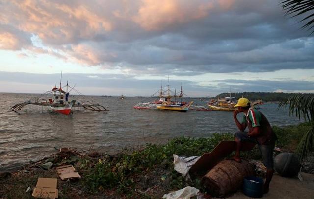 Các tàu cá Philippines trở về nơi neo đậu sau chuyến đánh bắt tại bãi cạn Scarborough (Ảnh: Reuters)