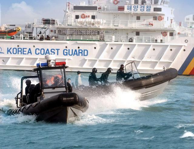 Tàu của lực lượng tuần duyên Hàn Quốc tuần tra trên biển (Ảnh: SCMP)