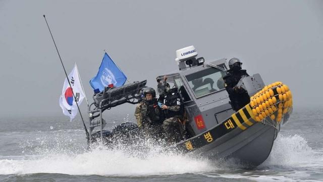 Tàu tuần tra Hàn Quốc xua đuổi tàu cá Trung Quốc đánh bắt trái phép ở khu vực gần biên giới Triều Tiên (Ảnh: SCMP)