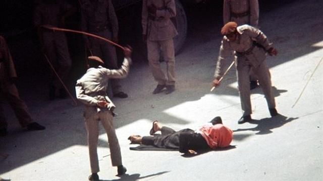 Cảnh sát Ả-rập Xê-út phạt roi công khai một người phạm tội (Ảnh minh họa: PressTV)