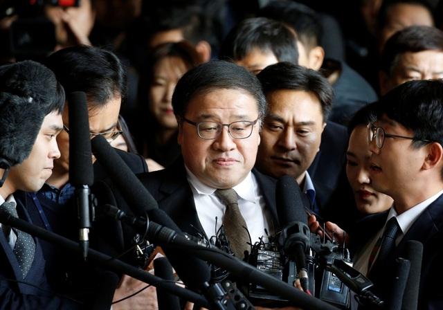 Ông Ahn Jong-beom (giữa) xuất hiện tại văn phòng công tố ở Seoul trước khi bị bắt giữ hôm 2/11 (Ảnh: Reuters)