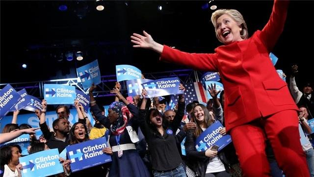 Bà Hillary Clinton chào đón những người ủng hộ trong một sự kiện vận động tranh cử (Ảnh: Reuters)