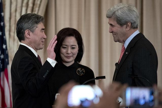 Tân đại sứ Mỹ tại Philippines Sung Kim (trái) tuyên thệ trước Ngoại trưởng Mỹ John Kery hôm 3/11 (Ảnh: Rappler)