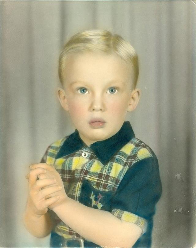 Donald Trump sinh ngày 14/6/1946 tại thành phố Queens, New York và là con thứ 4 trong gia đình có 5 anh chị em. Cha ông, Fred Trump, là ông trùm bất động sản thời bấy giờ còn mẹ ông, bà Mary Anne, là bà nội trợ đến từ Scotland. Trong ảnh: Donald Trump lúc 4 tuổi (Ảnh: Guardian)