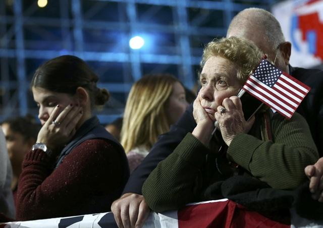 Người ủng hộ bà Hillary Clinton buồn bã khi nghe các bang công bố kết quả kiểm phiếu không có lợi cho ứng viên đảng Dân chủ. Tính đến 14h30 chiều nay 9/11 theo giờ Việt Nam, bà Clinton đã nhận được 218 phiếu đại cử tri. (Ảnh: Reuters)