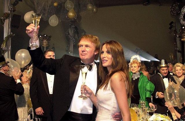 Donald Trump và bạn gái Melania Knauss trong một bữa tiệc mừng năm mới vào năm 2000. Cả hai gặp nhau năm 1998 và kết hôn năm 2005. Cặp đôi có một cậu con trai tên là Barron. (Ảnh: AP)