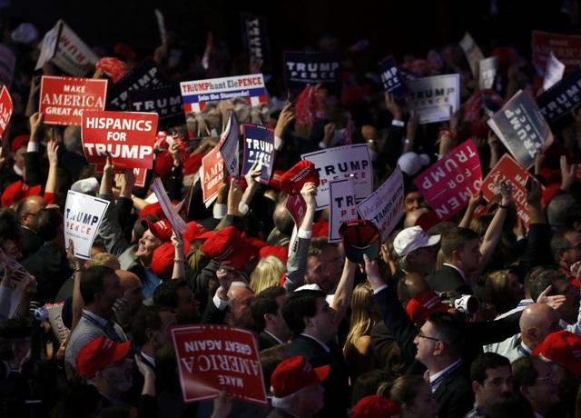Người ủng hộ ông Trump ăn mừng sớm ở Manhattan (Ảnh: Reuters)