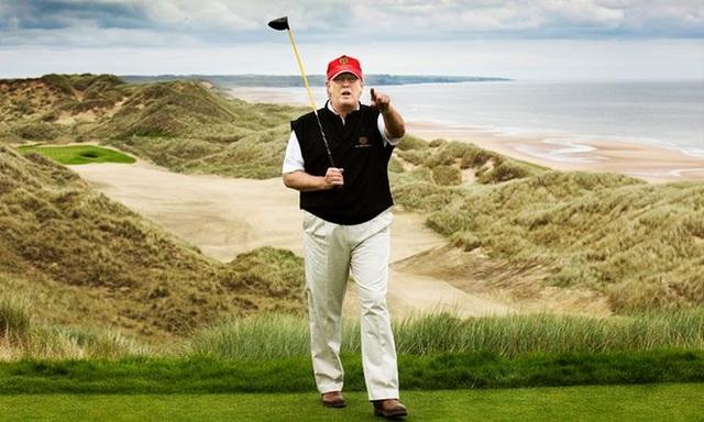 Ông Trump có mặt tại lễ khai trương dự án sân golf mới ở Mỹ vào năm 2011 (Ảnh: Guardian)