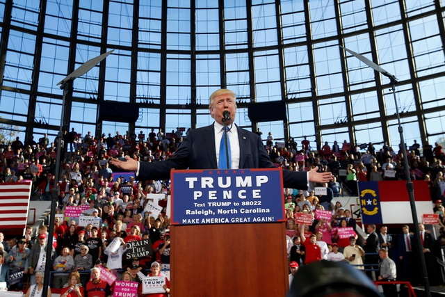 Chỉ vài giờ trước khi cuộc tổng tuyển cử toàn quốc chính thức diễn ra, ứng viên đảng Cộng hòa vẫn tới các điểm vận động tranh cử ở các bang còn do dự để tranh thủ sự ủng hộ của các cử tri. Trong ảnh: ông Trump diễn thuyết trước những người ủng hộ ở Raleigh, bang North Carolina hôm 7/11 (Ảnh: Reuters)
