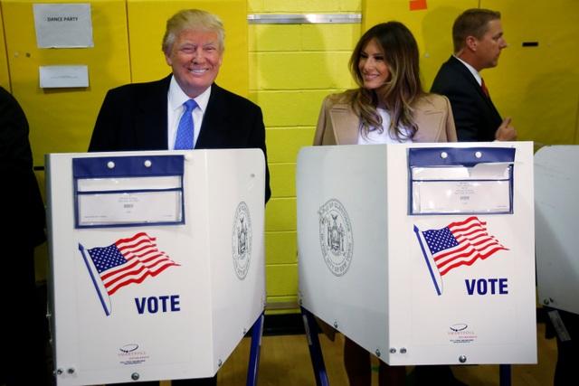 Ông Donald Trump và vợ đi bỏ phiếu tại bang New York hôm 8/11 (Ảnh: Reuters)