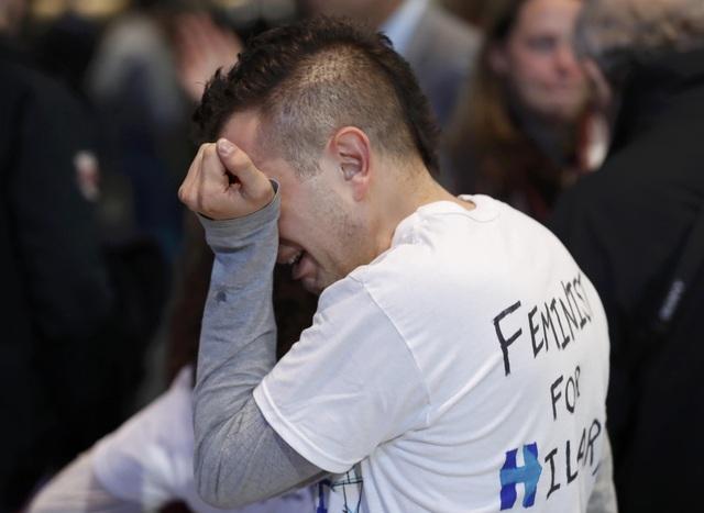 Người ủng hộ mặc chiếc áo in khẩu hiệu ủng hộ Hillary Clinton không cầm được nước mắt khi nghe tin bà thất bại trong cuộc đua vào Nhà Trắng năm nay (Ảnh: Reuters)