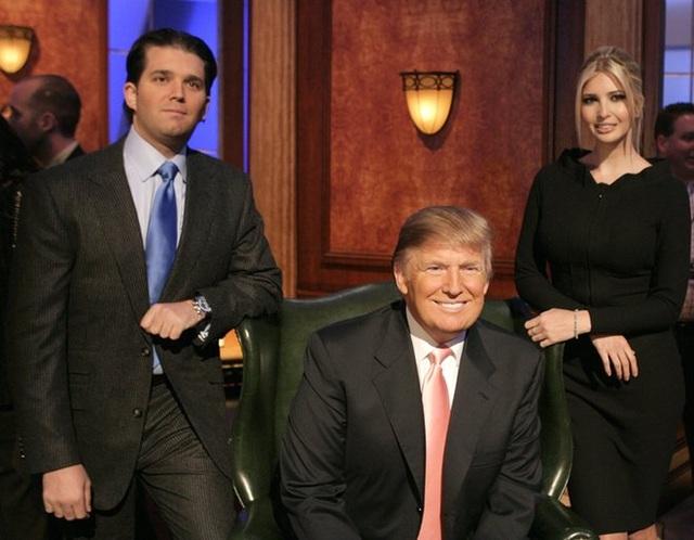 """Năm 2004, ông Trump lần đầu ra mắt công chúng với vai trò người dẫn quyền lực trong chương trình truyền hình thực tế """"Người tập sự"""" ăn khách. Trong ảnh: Ông Trump chụp cùng con trai Donald Jr và con gái Ivanka trong chương trình """"Người tập sự"""" năm 2007 (Ảnh: FilmMagic)"""