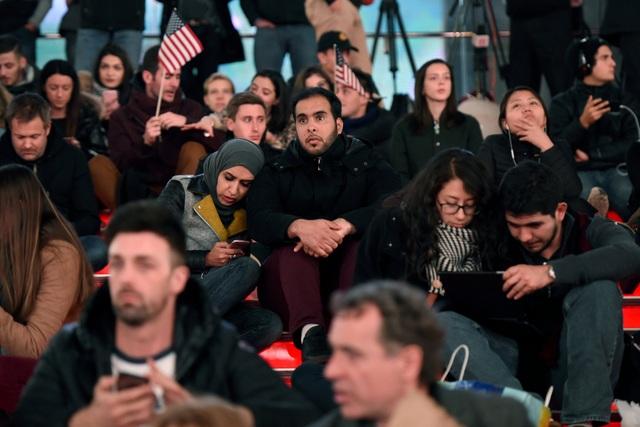 Những cử tri đảng Dân chủ gục vào vai nhau, chờ đợi những điều tốt đẹp sẽ đến với ứng viên tổng thống Hillary Clinton. (Ảnh: Reuters)