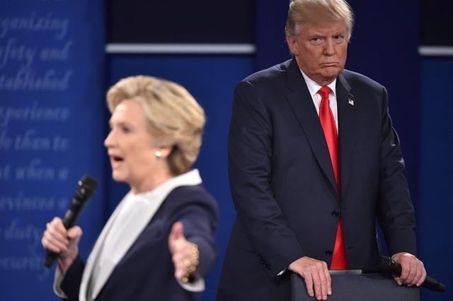 Sau khi bà Hillary Clinton trở thành ứng viên đại diện cho đảng Dân chủ ra tranh cử tổng thống, cả hai đã cùng trải qua 3 cuộc tranh luận trực tiếp đầy quyết liệt. Trong ảnh: ông Trump và bà Clinton trong cuộc tranh luận thứ 2 tại Đại học Washington (Ảnh: Getty)