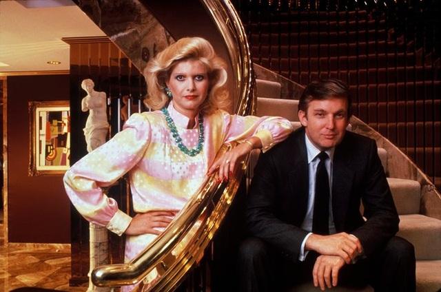 Ông Trump kết hôn cùng người vợ đầu tiên, bà Ivana vào năm 1977. Cặp đôi có với nhau 3 người con là Donald Jr, Ivanka và Eric trước khi ly hôn vào năm 1990. (Ảnh: Getty)