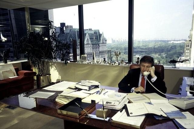 Ông Trump ngồi làm việc trong văn phòng của tòa cao ốc mang chính tên ông Trump Tower vào năm 1987 (Ảnh: Getty)